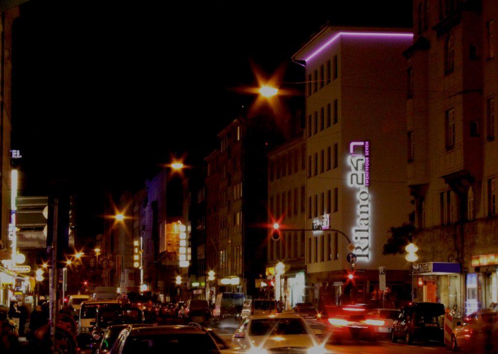 Hotel Rilano München - Aussenfassade bei Nacht